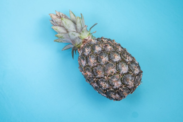 Ananas sullo sfondo blu