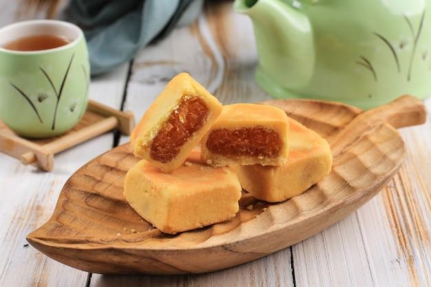 パイナップルケーキペストリー、台湾の有名な甘いおいしいデザートフードとお茶、コピースペースデザイン。