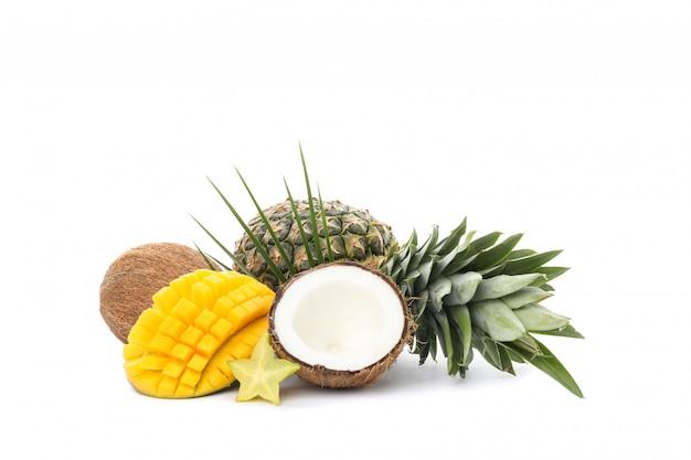 Ананас, кокос, манго, карамбола и пальмовая ветвь на белом фоне
