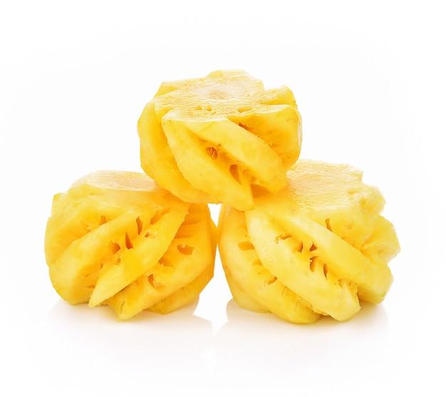 Ломтики ананаса на белом фоне