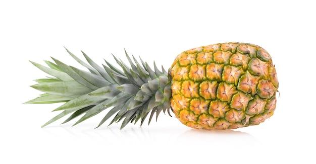 白い表面に分離されたパイナップル
