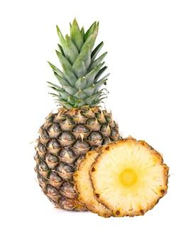 パイナップルが分離されました。クリッピングパスで白い背景に分離された緑の葉を持つ1つの全体のパイナップル。