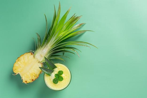 Succo d'ananas sulla superficie verde