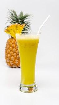 パイナップルとグラスのパイナップルジュース