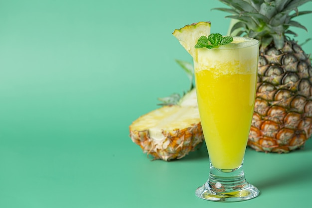 緑の表面にパイナップルジュース