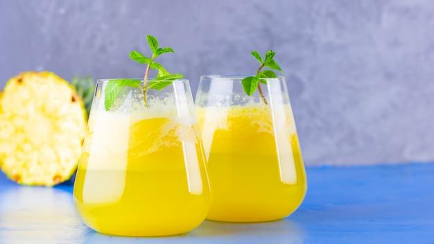 バイナップルジュース。フレッシュパイナップルのパイナップルスムージー。夏の飲み物