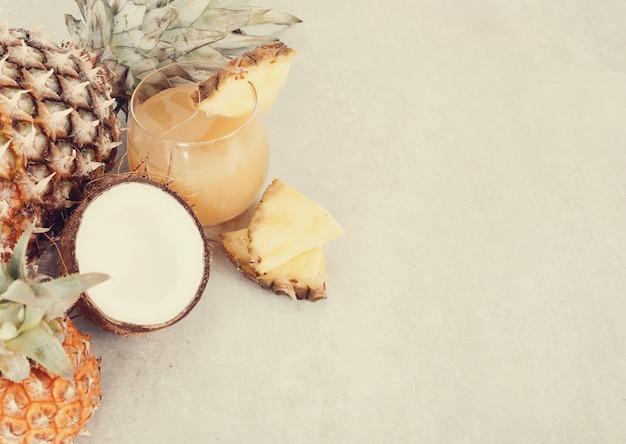 Succo d'ananas con copyspace