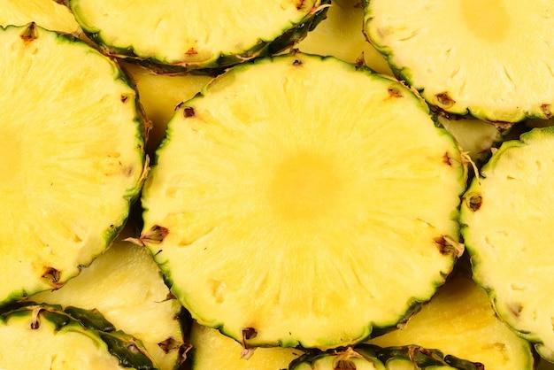 Сочные желтые ломтики ананаса фон
