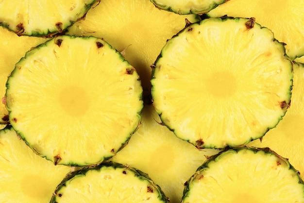 パイナップルジューシーな黄色のスライスの背景