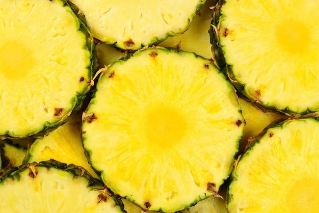 Поверхность сочных желтых ломтиков ананаса