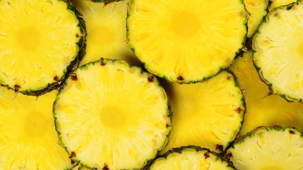 Стена сочных желтых ломтиков ананаса. вид сверху.