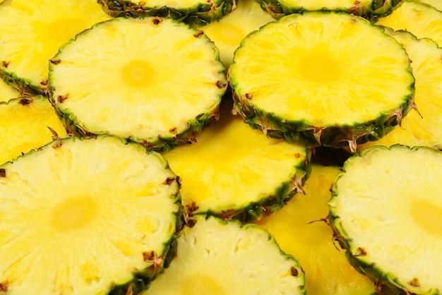 Сочные желтые дольки ананаса.