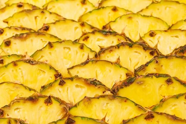 Сочные желтые дольки ананаса