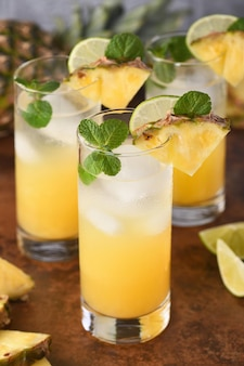 Ананасовый мохито, идеальный летний коктейль с тропическим вкусом и ромом.