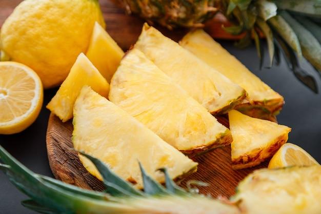 まな板にパイナップル。夏のトロピカルフルーツスライスしたパイナップルスライス調理プロセス