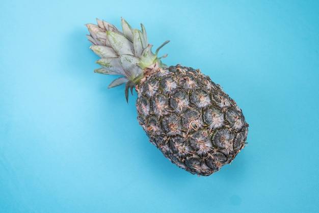 青い背景にパイナップル