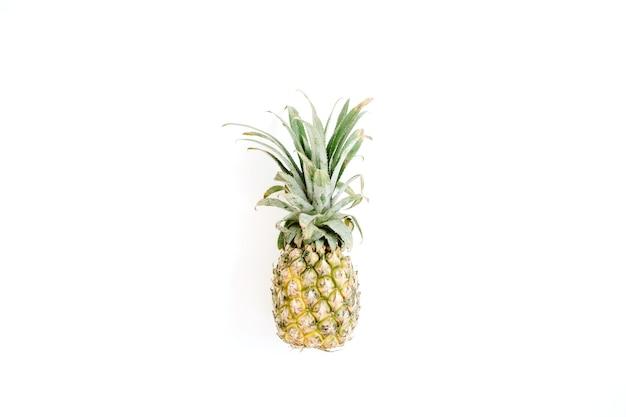白い背景の上のパイナップル。