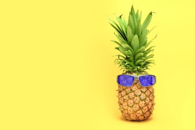 Ананас на желтом фоне в очках
