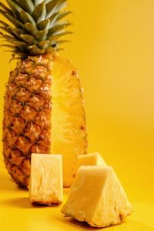 黄色の背景にパイナップル