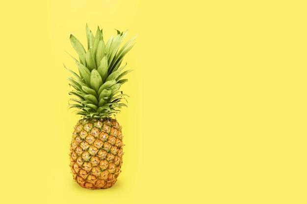 노란색 바탕에 파인애플