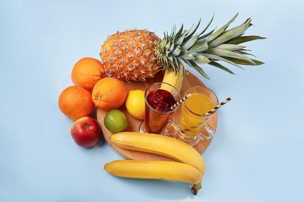 푸른 공간에 파인애플, 오렌지, 바나나, 레몬, 사과