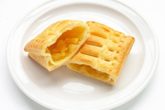白い背景の上のパイナップルパイ。