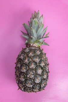 Ananas su sfondo rosa