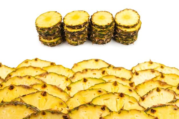 Ломтики ананаса, изолированные на белом.