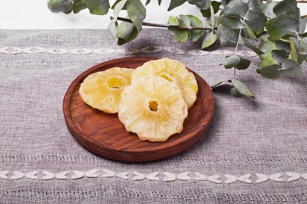 Ломтики ананаса на белом.