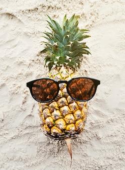 パイナップルサングラスを着用するビーチサマーコンセプト