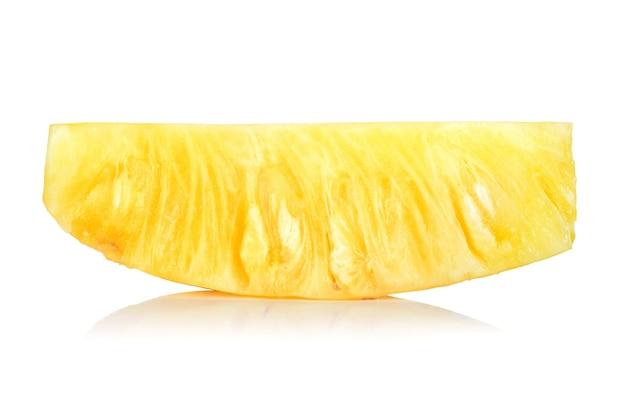 白い背景で隔離のスライスとパイナップル