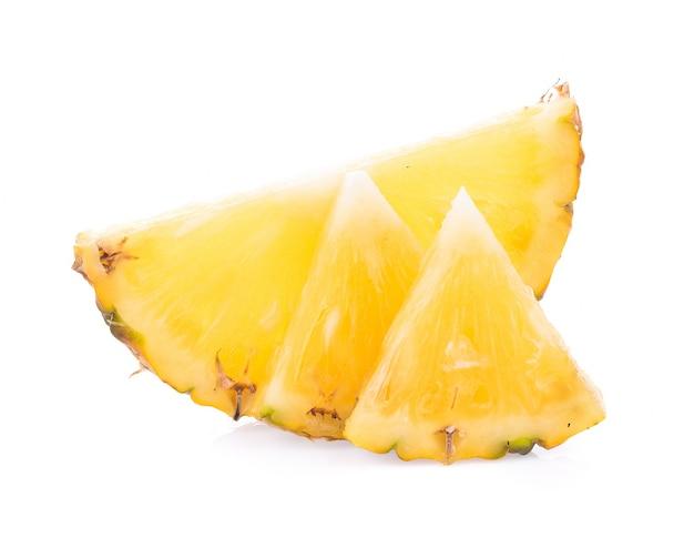 白い表面に分離されたスライスとパイナップル