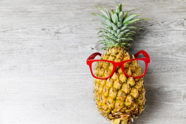 Ananas con occhiali da sole