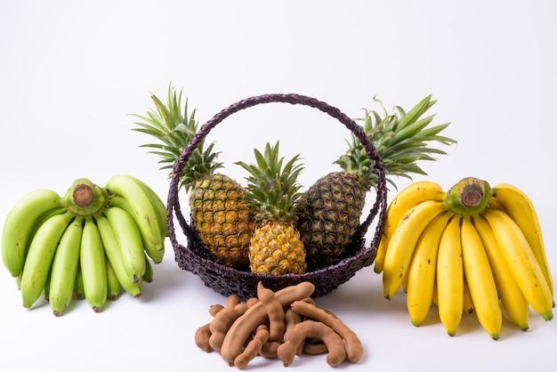 タマリンドが分離されたパイナップルとバナナ