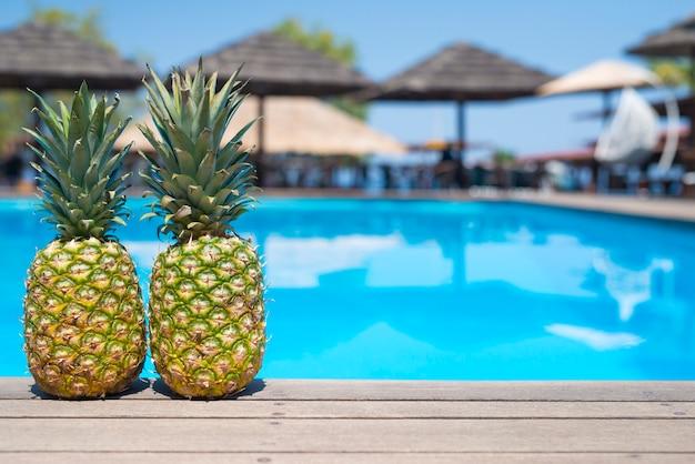 Ананасы у бассейна летом