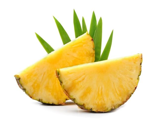 Изолированные плоды ананасов. плоды ананаса с листьями.