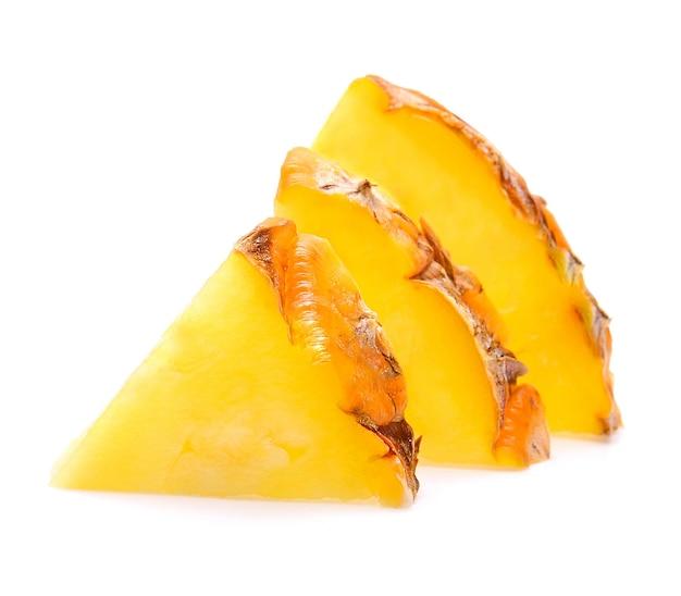 고립 된 파인애플 슬라이스. 비타민에 대한 과일과 바이러스 보호. 건강을위한 과일 'hight 섬유.