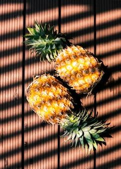 光の影を持つパイナップル