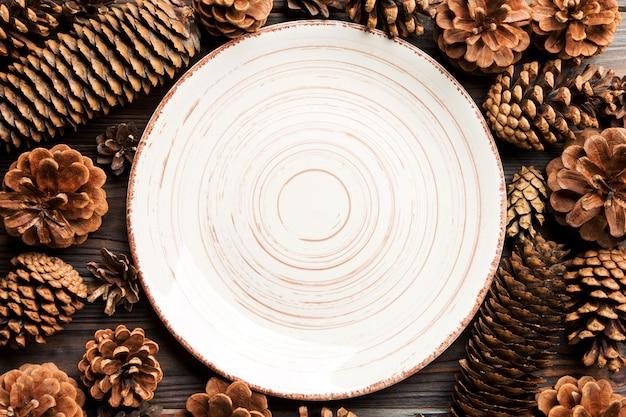 테이블에 흰 접시와 솔방울