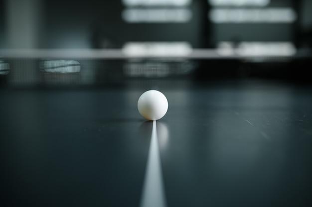 Мяч для пинг-понга на белой линии крупным планом