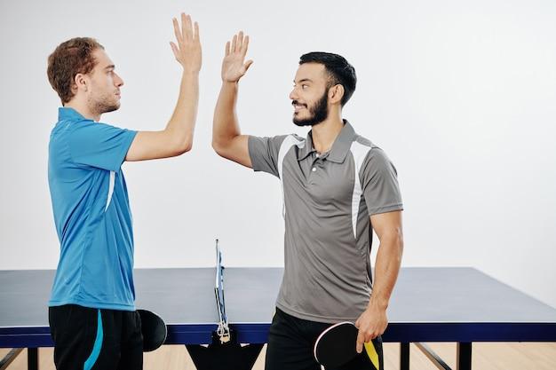 Игроки в пинг-понг дают пять