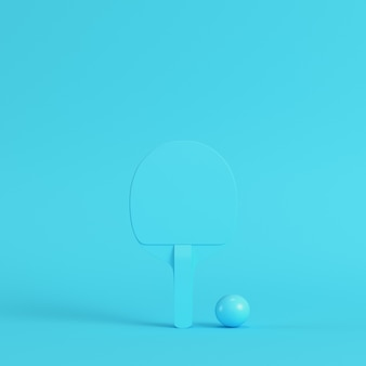Ракетка для пинг-понга с мячом на ярко-синем фоне в пастельных тонах
