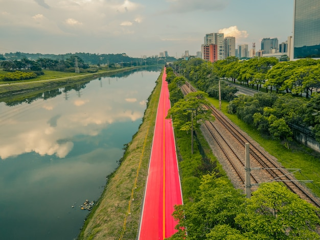 Pinheiros river and bike lanes.