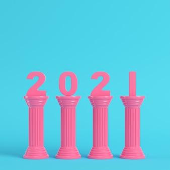 明るい青色の背景の古代の列にピンクの2021年の数字
