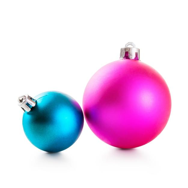 Розовые и синие новогодние шары на белом фоне. элементы дизайна