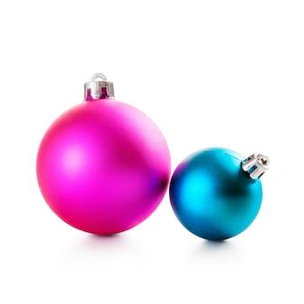Розовые и синие елочные шары на белом фоне обтравочный контур включены