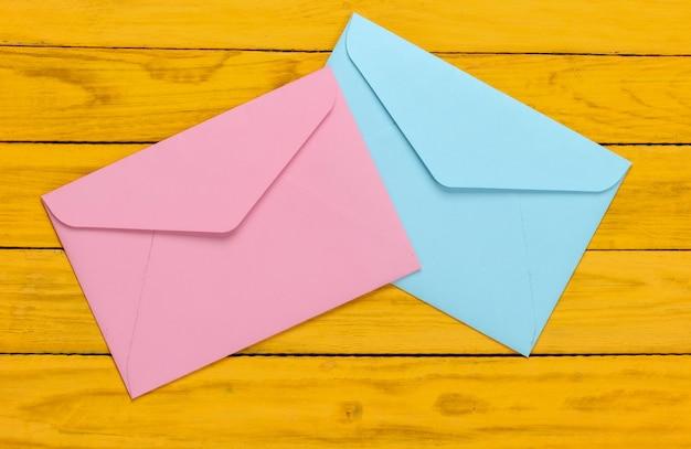 黄色の木のピンクと青の封筒