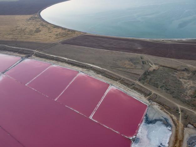 1つのカドイにピンクとブルーの湖。