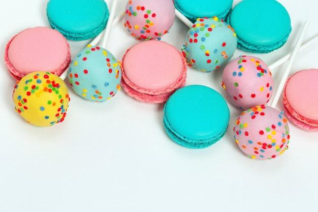 테이블에 핑크와 블루 마카롱