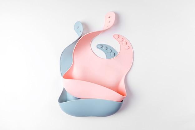 핑크와 블루 실리콘 아기 턱받이 흰색 배경에 고립